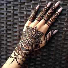 Girls paint their hands and legs with lovely and pretty new mehndi designs. These stunning mehndi designs are perfect for everybody. Pretty Henna Designs, Finger Henna Designs, Back Hand Mehndi Designs, Mehndi Design Pictures, Modern Mehndi Designs, Mehndi Designs For Girls, Henna Art Designs, Beautiful Mehndi Design, Dulhan Mehndi Designs