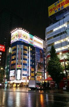 Leuchtreklame an einem Otakukaufhaus in Akihabara in Tokio #akihabara #maid #otaku #cosplay