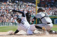 Chicago White Sox collettore Tyler Fiori misplays il tiro dal difensore centrale Adam Eaton per consentire Detroit Tigers 'Rajai Davis a segnare dalla terza su un singolo di Miguel Cabrera nel primo inning