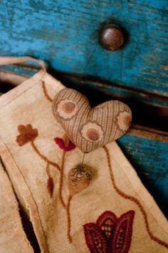 Love this from Primitives Past Primitive Patterns, Primitive Folk Art, Primitive Crafts, Country Primitive, Sewing Pockets, Embroidery Hearts, Wool Art, Penny Rugs, Wool Applique