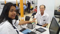 Perminio dos Santos, nascido em 1940, colhendo digitais para RG no Poupatempo Caieiras