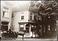 """Begin Molenstraat eind 19e eeuw.  Banketbakkerij J van Asselt, Molenstraat 2. Op het raam is bij uitvergroting te lezen """"Salon voor Ververschingen"""". Het rijtuig komt van kasteel Ampsen. Later heeft fotograaf Horst en, heel bekend voor iedereen, slager Pruiksma er gezeten.  Deze foto dateert vermoedelijk uit het einde van de 19de eeuw."""