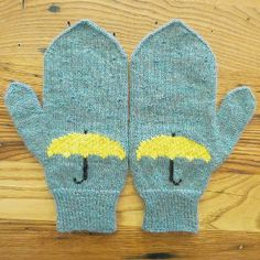 April Showers Mittens | AllFreeKnitting.com This adorable knitted mitten pattern will have you singing in the rain. Knit these April Showers Mittens to bring sunshine into your day.