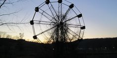 The terrifying story of Lake Shawnee, the cursed amusement park Abandoned Theme Parks, Abandoned Cities, Abandoned Amusement Parks, Abandoned Mansions, Lake Shawnee Amusement Park, Amusement Park Rides, Spooky Places, Haunted Places, Terrifying Stories