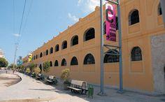 El centro cultural y comercial Antiguos Almacenes San José es un interesante mercado de artesanía situado frente a la bahía de La Habana, muy cerca de la iglesia de San Francisco de Paula y del Almacén del Tabaco y de la Madera.  Las monumentales naves que componen el almacén fueron construidas en 1885 por el arquitecto Adolfo Sáenz Yáñez, junto a un cómodo muelle en el cual los vapores y las goletas podían atracar y ahorrarse los gastos de la carga y descarga con lanchas.