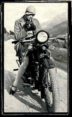 I saw a color picture of this in the women's room of Doc's Harley Davids… Ich habe ein Farbbild davon im Frauenzimmer der Harley Davidson-Vertretung von Doc in Kirkwood, MO, gesehen. Biker T-shirts, Lady Biker, Biker Chick, Biker Girl, Classic Harley Davidson, Harley Davidson Motorcycles, Motocross, Harley Davidson Dealership, Old Bikes