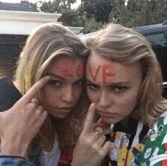 EN IMAGES. Lily-Rose Depp et Stella Maxwell enlacées font la couverture de Love Magazine