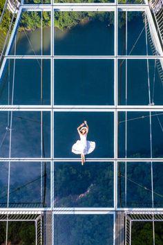 Sur 526 mètres, ce tout nouveau pont à fond de verre, qui se trouve dans la région pittoresque des trois gorges de Huangchuan en Chine est désormais le plus long du monde. Cet incroyable projet d'Architectural Design & Research Institute of Zhejiang University, culmine à 201 mètres au-dessus de la rivière, le plancher est fait de trois couches de verre blindé de 4,5 cm, l'édifice peut accueillir 500 personnes en même temps.