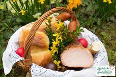 Ein gut gefüllter Osterkorb mit regionalen Lebensmitteln für die Osterjause an Ostern. Camembert Cheese, Dairy, Coconut, Fruit, Food, Easter Bread Recipe, Easter Activities, Easy Meals, Essen