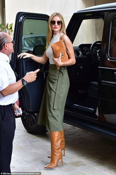 Rosie Huntington-Whiteley exudes style in Jimmy Choo knee-high boots Working it: Rosie oozed confidence as she strutted out of the taxi and later took to Insta. Rosie Huntington Whiteley, Look Fashion, High Fashion, Winter Fashion, Womens Fashion, Street Fashion, Jimmy Choo, Mode Outfits, Fashion Outfits