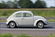 Volkswagen Kever. En daar zaten we met z'n vieren op de achterbank.