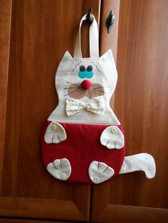 Kapsář KOCOUR Home Crafts, Diy And Crafts, Paper Crafts, Clothespin Bag, Plastic Bag Holders, Animal Projects, Cat Pattern, Felt Fabric, Hot Pads