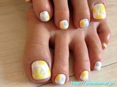 Foot and yellow polka dots blue-gray nail art based on the white    白をベースにしたブルーグレイとイエローの水玉フットネイル