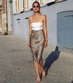 Silk cami, midi leopard skirt and nude strappy sandals, # sandals summer trends Perfect summer outfit. Silk cami, midi leopard skirt and nude strappy sandals, Jupe Midi Leopard, Leopard Skirt Outfit, Midi Skirt Outfit, Leopard Print Skirt, Animal Print Skirt, Blue Skirt Outfits, Printed Skirt Outfit, Skirt Ootd, Leopard Print Outfits
