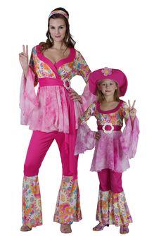 Costume coppia hippy madre e figlia: che emozione travestirsi proprio come la mamma! per un divertente Carnevale in famiglia, o per una festa a tema Hippy, scegli questo bel travestimento per madre e figlia: il vivace color fucsia e la fantasia floreale piaceranno tanto alla mamma quanto alla bimba!