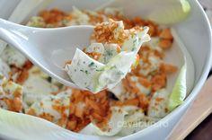 Salata de andive cu somon: cum se face. Reteta salata de andive cu somon crocant si sos de maioneza cu iaurt si verdeturi.