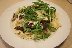 Hjemmelavet pasta med oksekød og svampe i flødesauce
