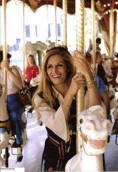 Dalida au parc Disneyland de Los Angeles, 1977 sur des chevaux de bois.. Parc Disneyland, Dalida, Celebrity Stars, Famous French, Famous Singers, Classic Hollywood, Madonna, Superstar, Marie