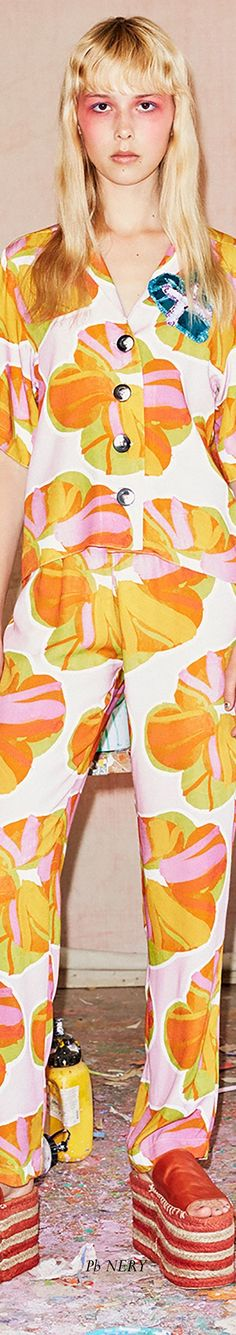 Hause of Holland Resort 2018 Floral Fashion, Color Fashion, Fashion Design, Trending Fashion, Fashion Trends, House Of Holland, Kimono Top, Fashion Jewelry, Sporty