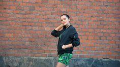 Stylizacja z zieloną sukienką i kurtką bomber | fitandfashion.pl