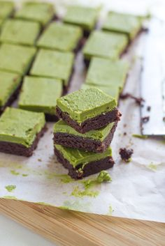 My oh my these Raw Matcha Brownies taste delicious! Not only are they  delicious, but they are super easy to whip up and they so look so pretty  too.