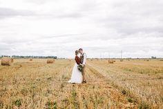 Стильная рустикальная свадьба, жених и невеста на поле со снопами - The-wedding.ru