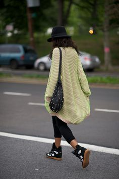 5e83d473c3a Neon sweater and high top sneakers Faire Des Achats De Friperie