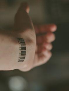 Ideias de Tatuagem Masculina Pequena | Código de Barra no Pulso