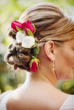 acconciatura sposa floreale per nozze a tema italia