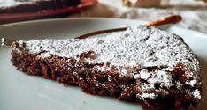 """Va detto subito che, tra tutte le torte al cioccolato, al potere seduttivo della """"tenerina"""" si resiste con molta difficoltà. Umida, quasi cremosa all'interno, ma con lasuperficie croccante e le tipiche screpolature che aggiungono un tocco di rusticità, la torta tenerina si inserisce nella categoria dei """"moelleux"""", dolci molto diffusi in Francia, dove rappresentano il classico dolce della nonna. Per quanto riguarda la tenerina italiana, parliamo di un torta nata tra gl..."""