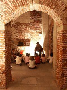 Animation contes dans les caves de l'ancien palais impérial du Coudenberg (Bruxelles). http://www.coudenberg.com/fr/preparez-votre-visite/presentation
