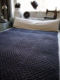 """Cute Blankets: Just finished a simple crochet blanket in """"boy"""" colours from my rainbow blanket tutorial (granny square blanket tutorial) Crochet Diy, Manta Crochet, Crochet Home, Love Crochet, Crochet Crafts, Crochet Projects, Beautiful Crochet, Single Crochet, Modern Crochet Blanket"""