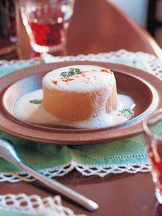 プリンのように蒸し上げた伝統料理は、シンプルな泡立てバターソースで召し上がれ。|『ELLE a table』はおしゃれで簡単なレシピが満載!