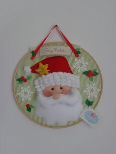 Quadro bastidor Noel para decorar a sua casa para o Natal, pode ser usado como enfeite de porta ou quadrinho.  Plaqueta com mensagem a escolher.  Confeccionado em tecido e feltro.  Cores e detalhes podem ser alterados de acordo com o pedido.  -Composto por um bastidor de 30 cm.    *CONSULTE PRAZO...
