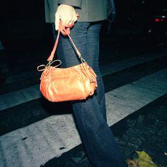22H // A petites ou grandes enjambées dans les rues de Paris, son corail éclairci les lumières de la nuit.