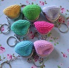 Haakbeschrijving mini beursjes 4 cm Crochet Wallet, Crochet Coin Purse, Crochet Keychain, Crochet Purses, Crochet Toys, Knit Crochet, Crochet Earrings, Crochet Stitches, Crochet Patterns