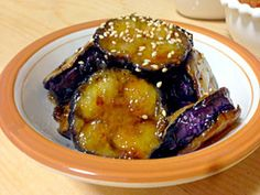 (Y-YES! take a while to fry - should be single layer)(2〜3人分) ナス3本 片栗粉適量 ※醤油大2 ※みりん、砂糖各大1 Asian Recipes, Beef Recipes, Cooking Recipes, Healthy Recipes, Healthy Comfort Food, Healthy Eating Tips, Japanese Dishes, Japanese Food, Cafe Food