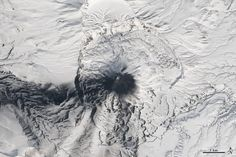 Five Volcanoes Erupting at Once: images from Landsat 8 over the Kamchatka Pennisula (Russia)