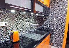 Uma cor que aquece os espaços e fica linda na decoração. Essa é a tonalidade laranja. Para o ambiente não ficar cansativo pense em pequenos detalhes e isto já dará alegria e charme à sua casa. Móveis coloridos são uma das formas de incluir a tonalidade nos ambientes. Em uma base neutra, por exemplo, podem ser o ponto surpreendente da decoração.  #decoraçãolaranja #designdeinteriores #kitchens