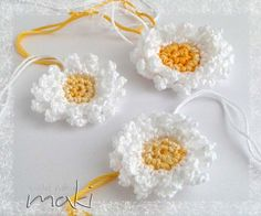 FREE CROCHET PATTERN: Daisy Who doesn't like DAISIES?!?!?! …. lol In this post I will show you how to make these beautiful daises that you can use on many projects! At the bottom of the post you can find my ideas for them but you can also embellish so many other things (basket, bag, …