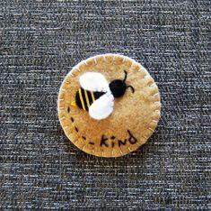 felt bee badge buzzy bee be kind bee kind Felt Embroidery, Felt Applique, Fabric Crafts, Sewing Crafts, Sewing Projects, Felt Projects, Crochet Bee, Bee Brooch, Brooch Pin