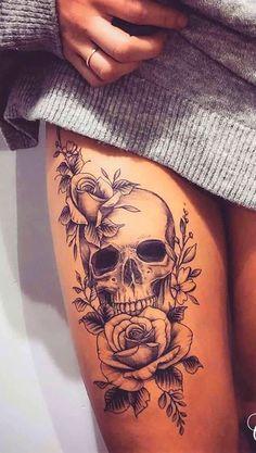 tatuagem de caveira feminina na coxa:tatuaje de mujer tatuaje impresionante delicado braco pequeño costela escrita costas ombro flor desenho animais aquarela chave ideas tatuagem de caveira feminina na de la cadera Feminine Skull Tattoos, Floral Skull Tattoos, Skull Thigh Tattoos, Leg Tattoos, Body Art Tattoos, Candy Skull Tattoos, Floral Hip Tattoo, Girl Skull Tattoos, Rose Thigh Tattoos