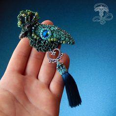 Королевская птичка с яркой и веселой раскраской.  Крылышко сверкает хрустальным кристалликом с кастомным покрытием.  Так же в работе японский бисер, пайетки из Италии и чешское стекло. Мой основной аккаунт @liliya_berezina @lilytiger_jewellery #брошьптица #брошьручнойработы #птица #брошьвышивка #курюпитьброшь #брошькупить #красноярскукрашения #красноярск #авторскиеукрашения #стильнаяброшь #брошкаптичка