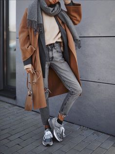 Chic Ways to Wear the Athleisure Trend - Outfitting Ideas Fashion Mode, Winter Fashion Outfits, Fall Winter Outfits, Fashion 2020, Look Fashion, Autumn Fashion, Winter Style, Fashion Ideas, Winter Fashion Street Style