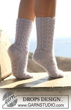 """DROPS socks in lace pattern in """"Alpaca"""" or """"Fabel"""". ~ DROPS Design"""