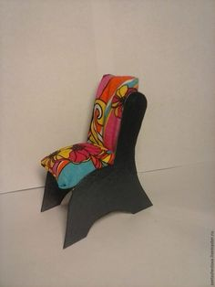 У дочки непростая ситуация: кукол много — мебели мало... Сейчас исправим! Смастерим кресло для куколки из картона. Нам понадобится: плотный картон (лучше не гофрированный, а поплотнее); ткань (предпочтительнее трикотаж яркой расцветки); набивной материал (синтепон, вата, обрезки мягких тканей); ножницы, карандаш, линейка; нитки, иголки; клеевой пистолет; лак для ногтей (лучше быстросохнущий и не очень вам нужный). Итак, приступим!