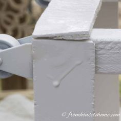 Learn how to spray paint evenly and without drips using these spray painting tips and tricks. Whether you are painting metal or wood, furniture or glass, indoors or outdoors, these techniques will help you get a great finish. #fromhousetohome #spraypainting #paintingtips #diyproject #paint #spraypaint #painting #diyspraypainting Spray Paint Furniture Without Sanding, Chalk Spray Paint, Best Spray Paint, Metallic Spray Paint, White Spray Paint, Painting Plastic, Drip Painting, Painting Tips, Painting Metal