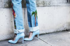 Jeans bordados: En el bajo de estos pantalones encontramos detalles de lo más…