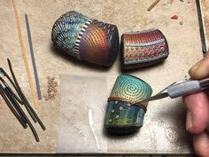 МЖ (MasterJournal) picture tute ~ Polymer Clay Tutorials, how to make huge hollow beads and decorate them. Polymer Clay Kunst, Polymer Clay Canes, Polymer Clay Pendant, Fimo Clay, Polymer Clay Projects, Polymer Clay Creations, Polymer Clay Beads, Clay Crafts, Papercraft