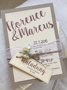Vintage Einladungskarte zur Hochzeit, mit schöner Spitzenborte, kleinen Blumen und Kordel.